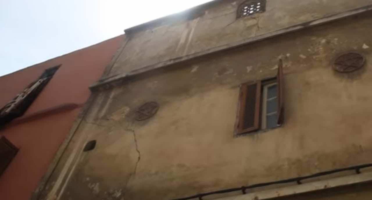 منازل مهددة بالإنهيار بمنطقة درب السلطان تثير حالة من الرعب في نفوس الساكنة  (صور) – الجريدة 24